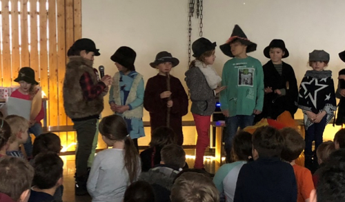 Im Weihnachtsgottesdienst haben die Kinder der Religruppe ein kleines Hirtenstück aufgeführt. Viele von uns waren richtig aufgeregt vor so einem großen Publikum in ein Mikrofon zu sprechen. Den Zuschauern hat es gut gefallen. Zum Schluss haben alle applaudiert.