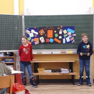 Annika und Jette halten einen Vortrag über den roten Planeten Mars.